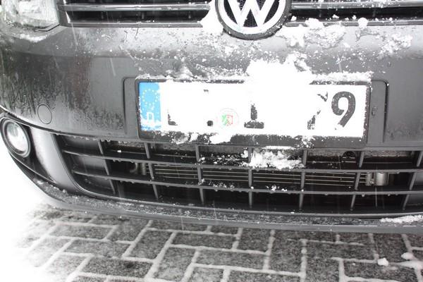 schnee-kennzeichen-nummernschild-autoschild